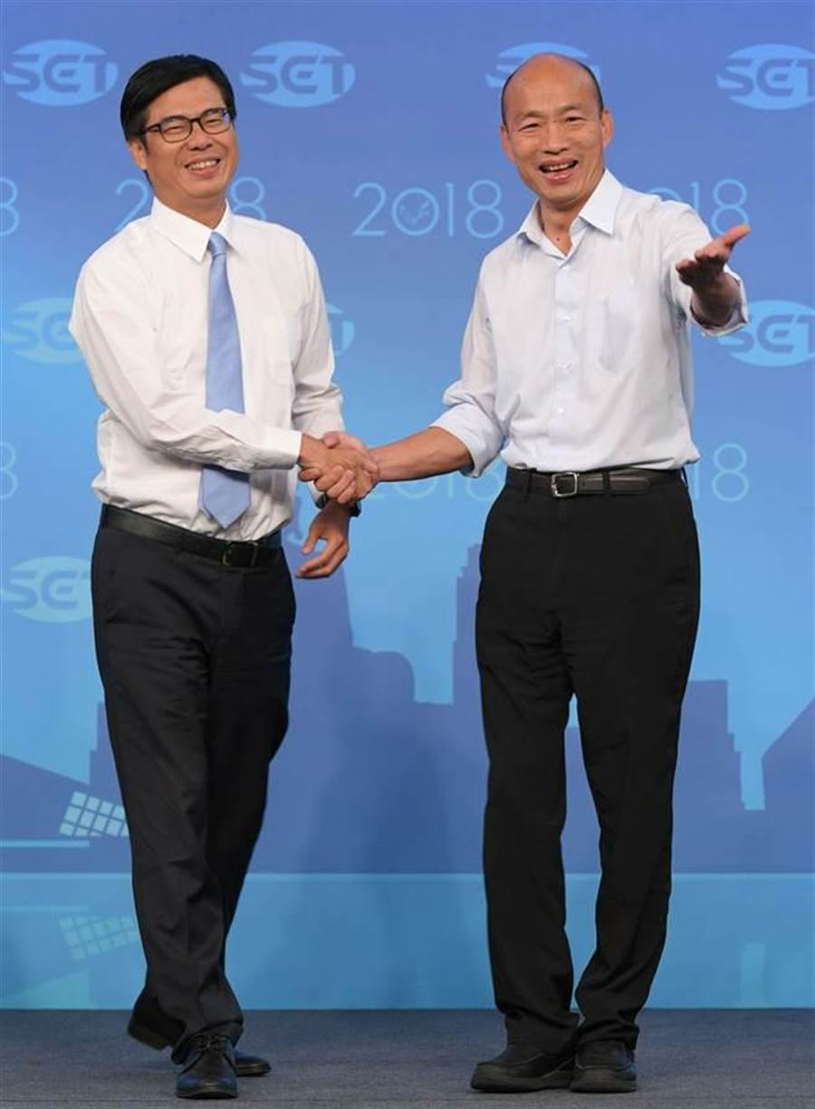 高雄市長選舉前唯一一場電視辯論會19日登場,民進黨候選人陳其邁與國民黨候選人韓國瑜兩人一對一對決,辯論開始前兩人握手致意。(三立電視台提供)