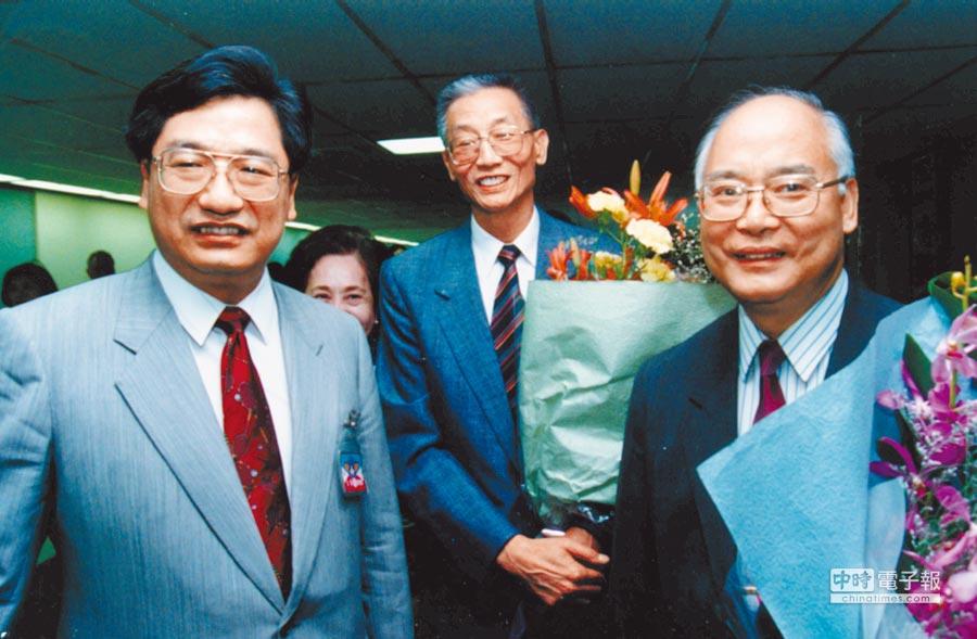 1993年8月23日,時任大陸奧會主席何振梁(右)搭機來台,參加亞奧會執行委員會議。時任我國奧會副主席李慶華(左)在中正機場接機。(本報系資料照片)