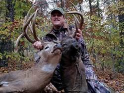 他獵得詭異「雙頭鹿」 其中一顆竟還發黑腐爛嚇傻獵人