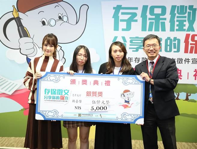 龍華科大文創系泉州專班學生胡愛穗(左2)參加今年度存款保險短文徵件榮獲銀質獎。(校方提供)