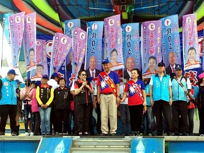 屆滿轉戰議員第二選區候選人的現任鄉長錢自立(中),這次也帶著太太林慶梅(右)投入選戰,挑戰新城鄉代選舉。(張祈翻攝)