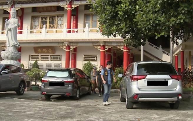 警方20日持拘票赴崇佛寺帶回開泓法師,展開調查。(翻攝畫面/中央社)