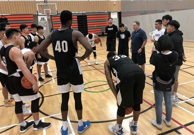 夢想家外籍教頭莫瑞在練球結束後,集合全隊訓話。(黃及人攝)
