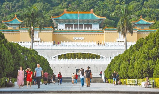 故宮博物院是台灣排名第一的觀光景點,這些來自北京故宮的珍品,是華夏文化的重要遺產。(本報資料照片)