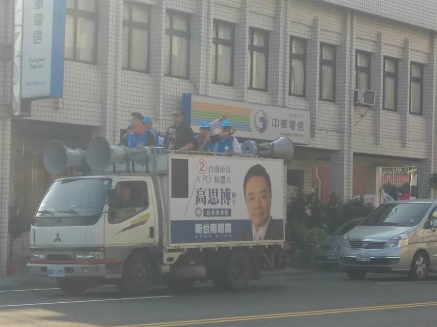 國民黨籍台南巿長候選人高思博20日8點即在麻豆區展開掃街拜票活動。(劉秀芬攝)