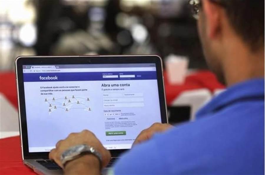 透過你所分享的各樣資料與內容,Facebook 有方法能建立起對你你家庭的樣貌分析。這聽起來就很嚇人啊。(圖/美聯社)
