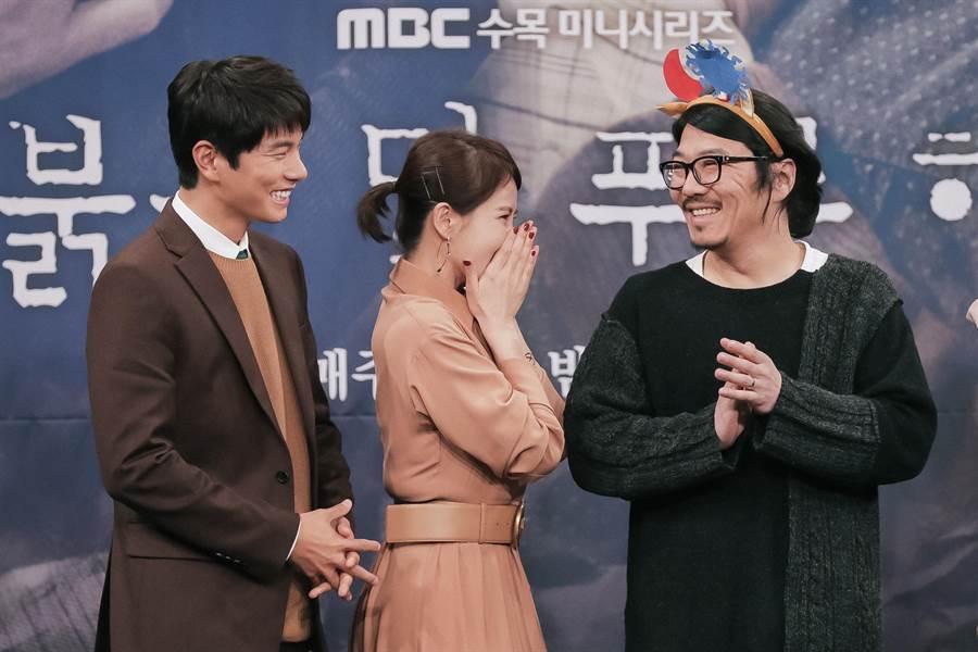 導演崔政奎(右一)很給面子地戴上金宣兒自製的髮箍。KKTV提供