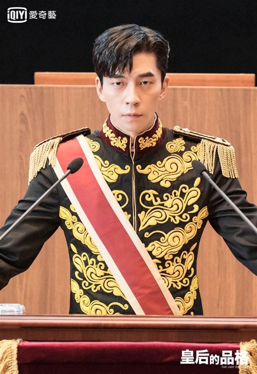 申成祿飾演皇帝李赫。愛奇藝提供