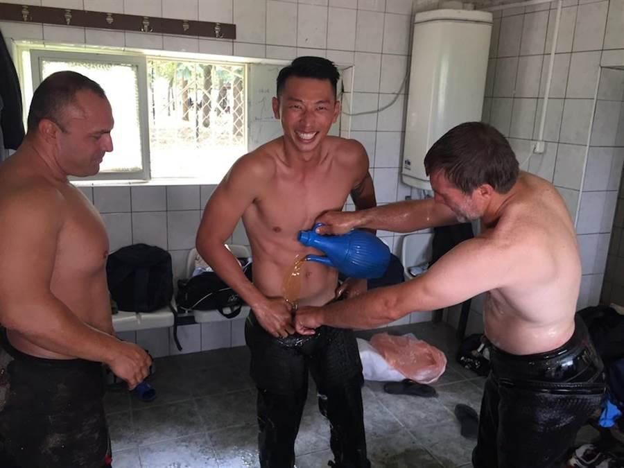 賴俊龍土耳其體驗塗油摔角。(圖片提供:三立)