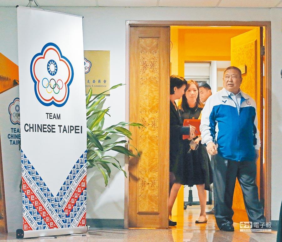 國際奧會來函關切2020東京奧運正名公投,體育署19日重申政府依法舉辦公投,但仍須尊重國際奧會的規定。圖為中華奧會主席林鴻道(右前)下班離開中華奧林匹克委員會情形。(趙雙傑攝)