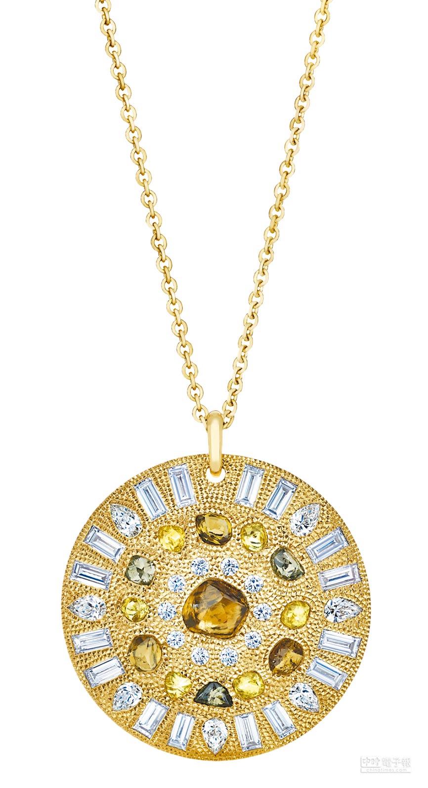 De Beers Talisman Four Seasons系列夏季圓盤鍊墜,黃K金底座,鑲嵌鑽石原石與拋光鑽石並列鑲嵌,中央主鑽2.57克拉,192萬5000元。(De Beers提供)