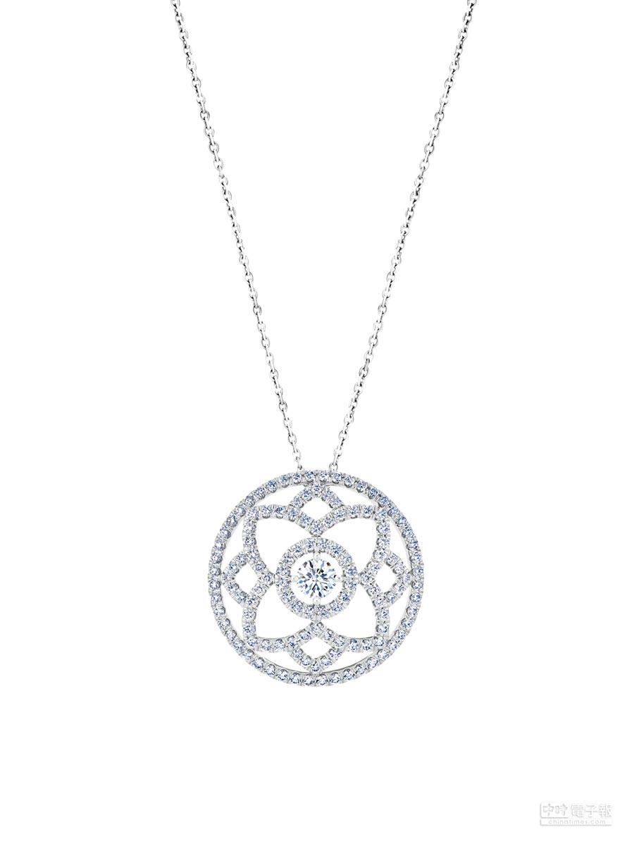 De Beers Enchanted Lotus系列圓牌鍊墜,白K金底座,鑲嵌中央主鑽0.30克拉,總重1.18克拉,24萬4000元。(De Beers提供)