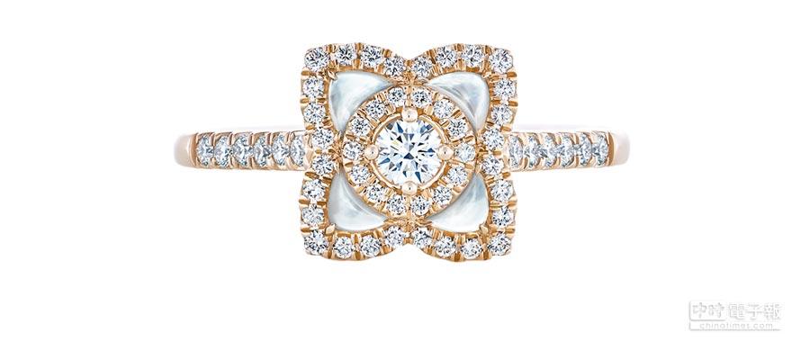 De Beers Enchanted Lotus系列玫瑰金白色珍珠母貝鑽石戒指,9萬9000元。(De Beers提供)