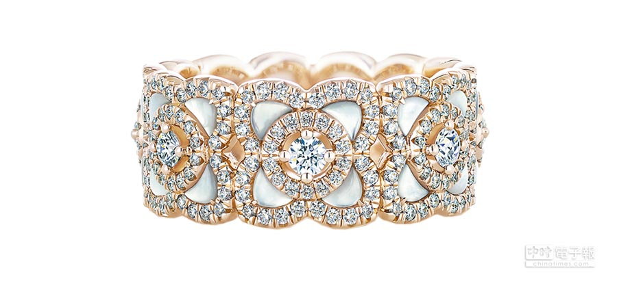 De Beers Enchanted Lotus系列玫瑰金白色珍珠母貝鑽石戒環,鑽石總重約1.29克拉,22萬8000元。(De Beers提供)
