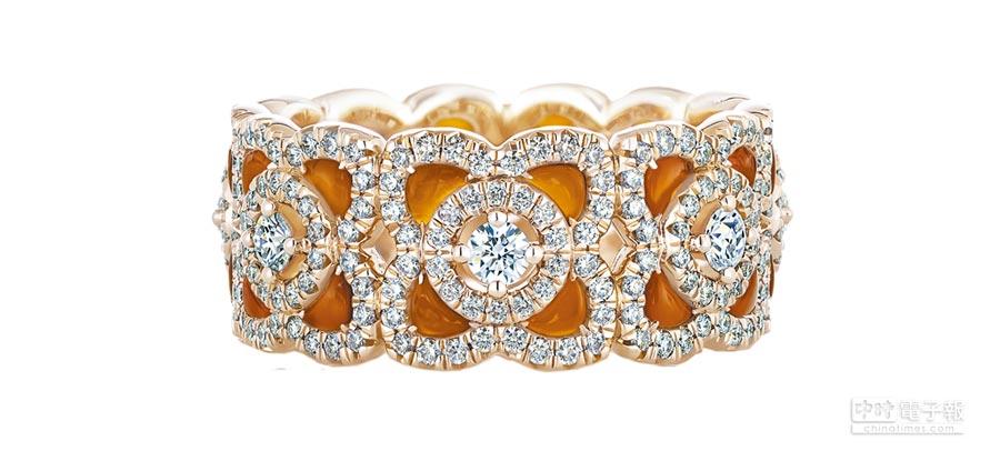 De Beers Enchanted Lotus系列玫瑰金紅玉髓鑽石戒環,鑽石總重約1.29克拉,23萬8000元。(De Beers提供)