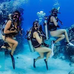慶祝第100潛! 正妹體驗「全裸潛水」 用全身感受大自然