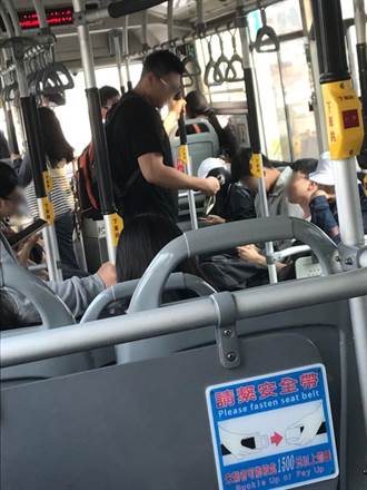好猛的右手 她搭公車驚見「死亡之握」