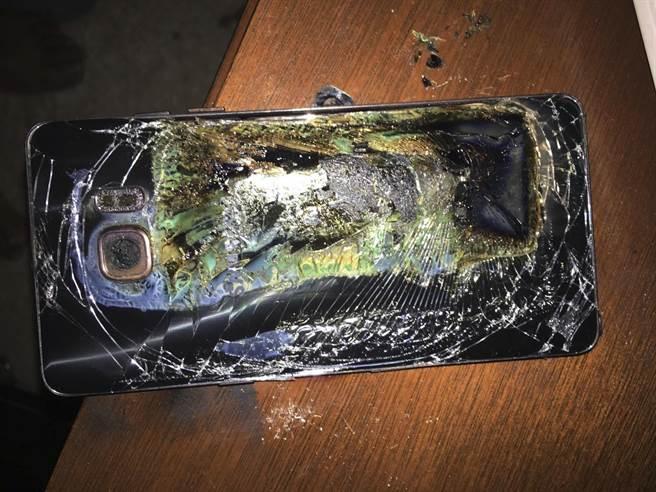 曾因鋰電池容易爆炸引起恐慌的三星Note-7智慧手機爆炸後的檔案照片。(圖/美聯社)