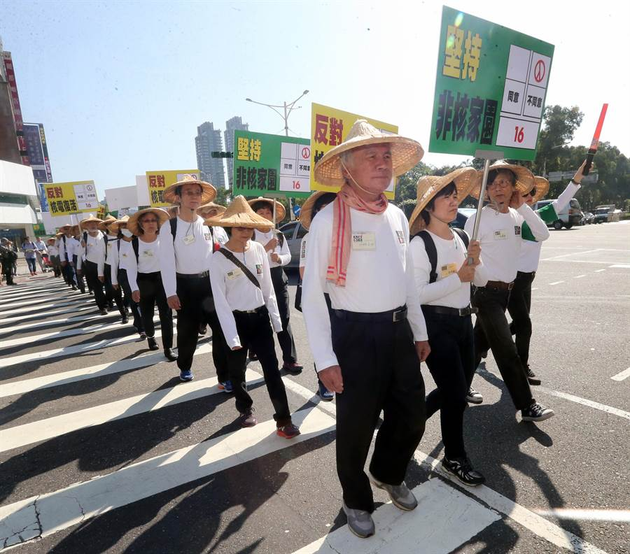 林義雄(右三)率領志工,徒步前往東區各捷運站宣導反核理念。(范揚光攝)