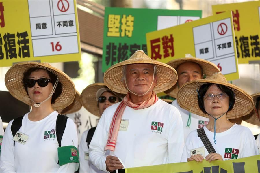 前民進黨主席林義雄(前中)與人民作主志工團21日上午在義光教會前舉辦「堅持非核家園,反對核電復活。不同意公投第16案」記者會,強調若公投第16案通過,台灣人民追求多年的2025「非核家園」願景將前功盡棄,呼籲民眾投下「不同意」票。(中央社)