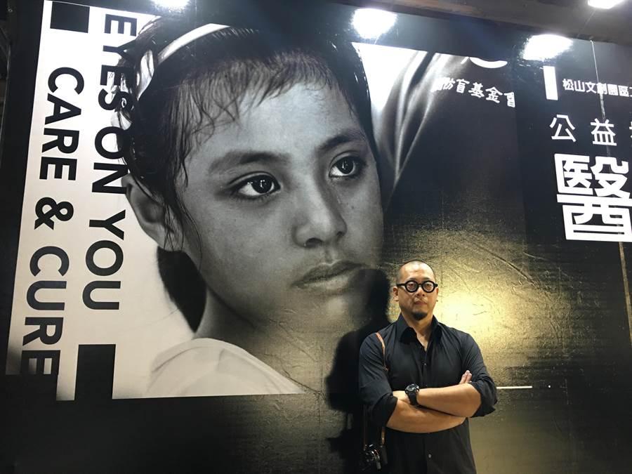 攝影師郭政彰隨防盲基金會一同深入偏鄉,記錄當地義診狀況。(林周義攝)
