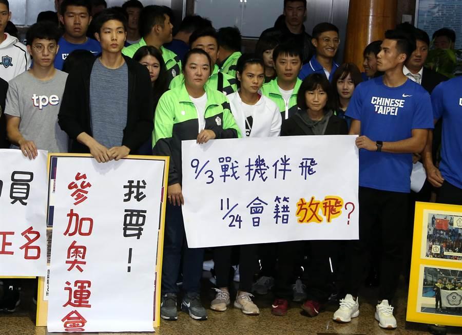 林怡君拿著標語「9/3戰機伴飛 11/24會籍放飛」。(李弘斌攝)
