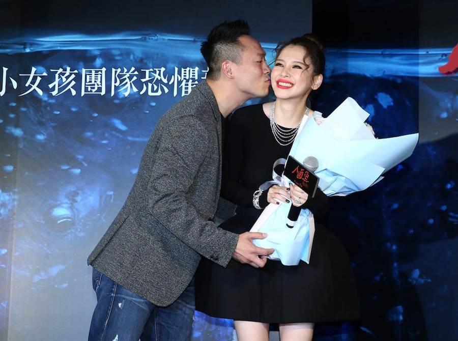 李雲峰一上台就甜蜜獻吻,Vivian露出嬌羞表情,但她表示是擔心模糊電影焦點。(粘耿豪攝)
