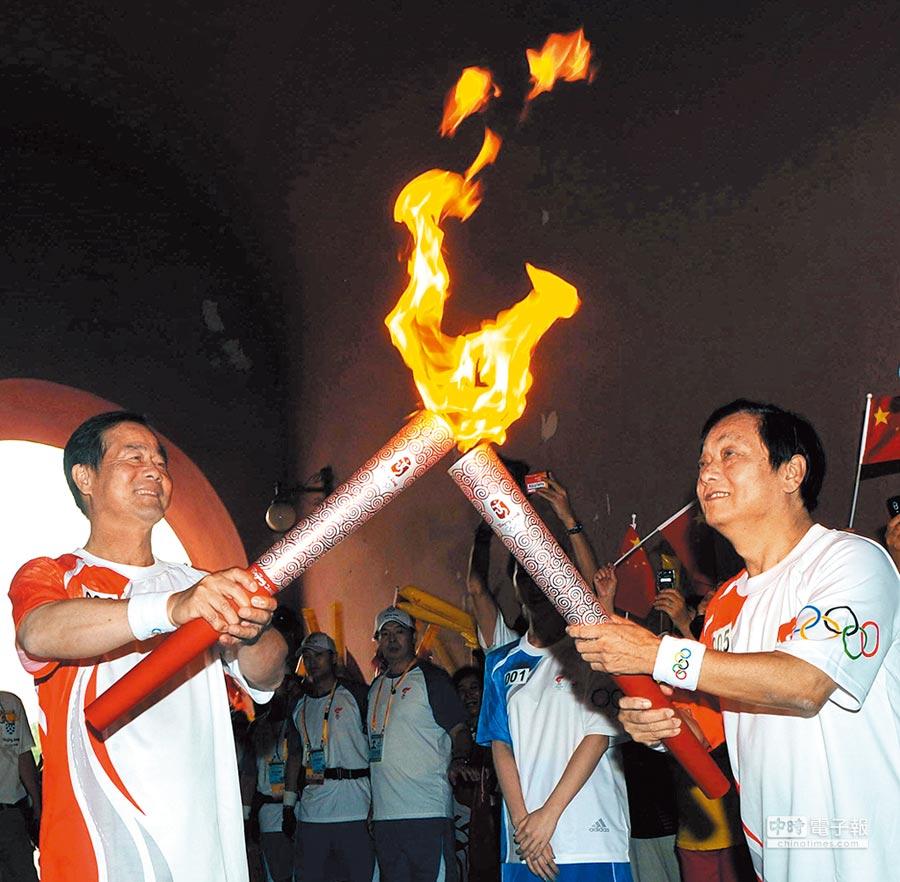 2008年8月6日,北京台商協會會長林清發(左)擔任第6棒火炬手,也是唯一的台胞火炬手。(新華社)