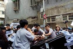 聲援大觀自救會 5大學生突襲前閣揆林全座車通通無罪