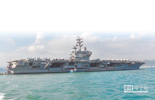 11月21日,美軍雷根號航母抵達香港,獲准停靠在青衣對開海域。(中新社)