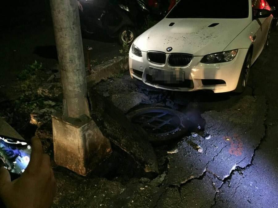 台電公司位於高雄巿光復三街的人孔蓋22日凌晨近5時爆開,造成當地62戶停電。(曹明正翻攝)