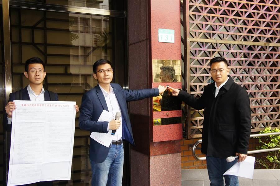 幸福盟理事長曾獻瑩等人控告中選會主委陳英鈐妨害投票。(張孝義攝)