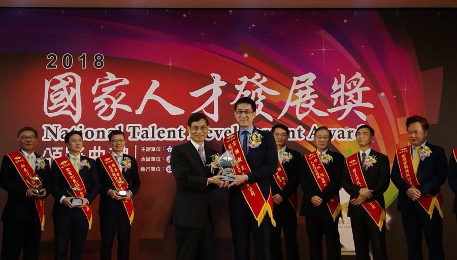翰品酒店高雄店榮獲2018國家人才發展獎,由總經理嚴天立(前排右)代表受獎。(圖/高雄翰品酒店提供)