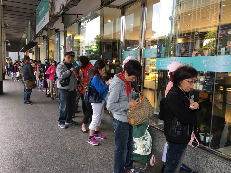 微風南京今11時開門前,超過60位消費者排隊等拿50份開門禮。(郭家崴攝)
