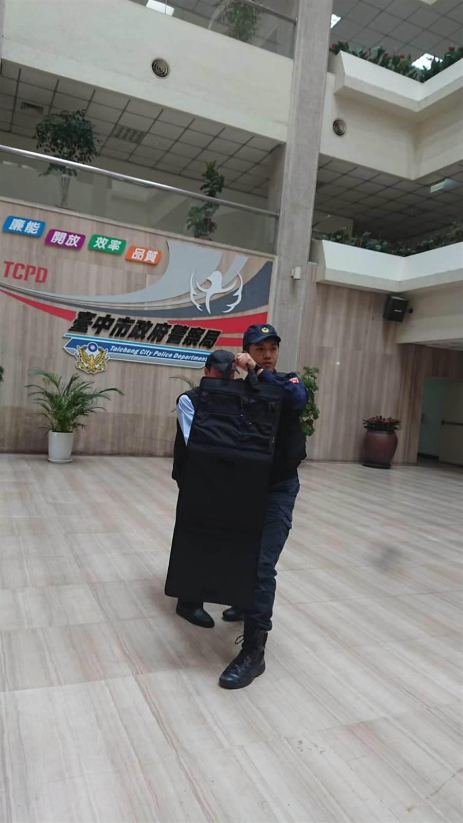 針對此次地方公職人員選舉,台中市警局加強各項維安作為,並於近日針對需要加強安全維護之候選人,增派隨扈維安警力,並提供防彈手提公事包等裝備。(馮惠宜攝)