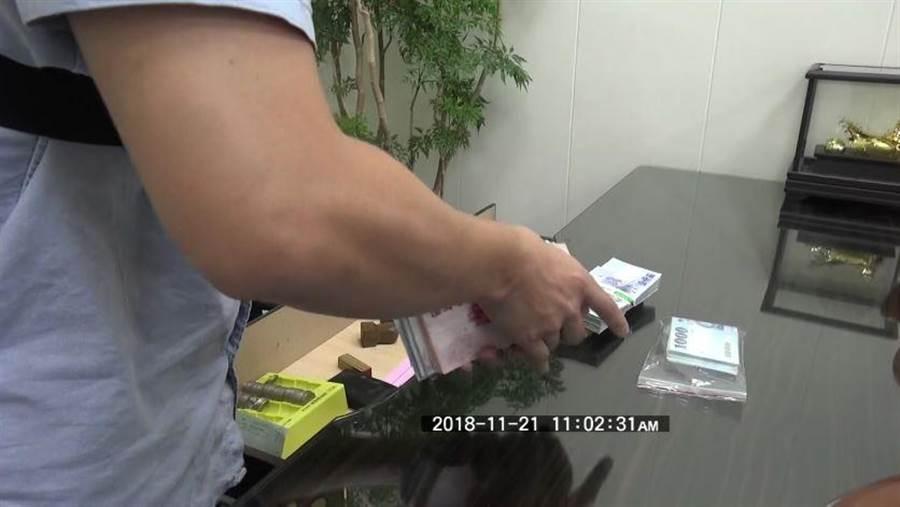 高巿警刑大21日在左營區當鋪店查獲高雄巿長選舉賭盤,起出現金30餘萬元。(曹明正翻攝)