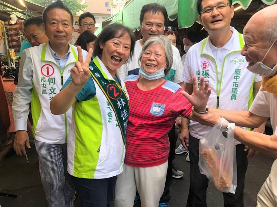 林佳龍的妻子廖婉如(左2)陪同市議員候選人到市場掃街拜票。(陳淑芬攝)