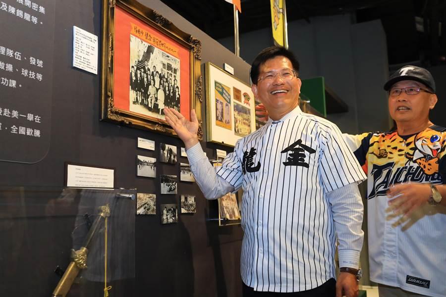 台中市棒球教育基金會董事長廖豊民(右)陪同林佳龍市長參觀棒球故事館。(圖/中市府)
