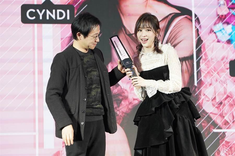 王心凌搞笑對著環球音樂大中華區環球中國董事總經理吳佳倫使用探測儀。(環球提供)
