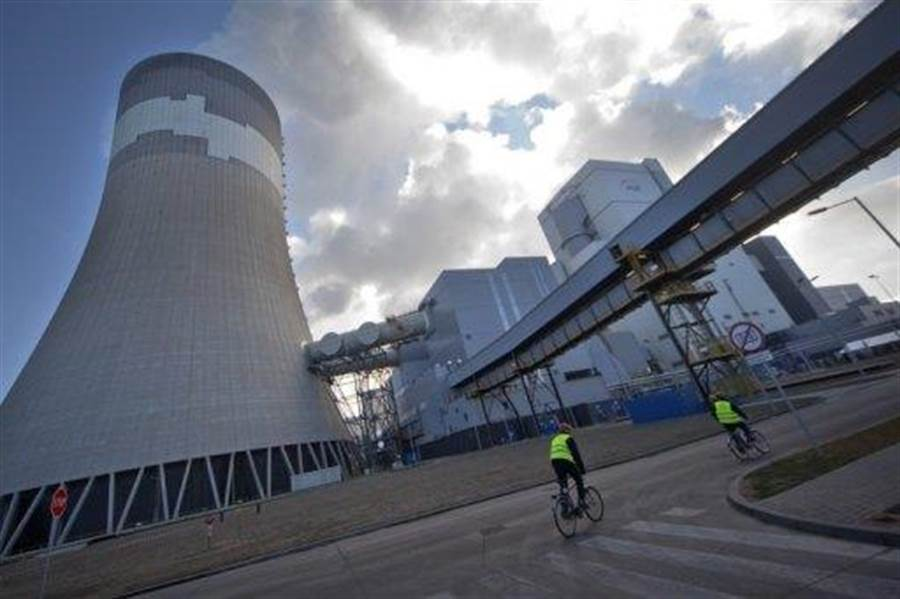 波蘭目前沒有核電廠,但為了經濟發展和減碳、減空汙的考量,希望在2030年擁有核電廠。圖為波蘭的燃煤電廠冷卻塔。(圖/物理學網)