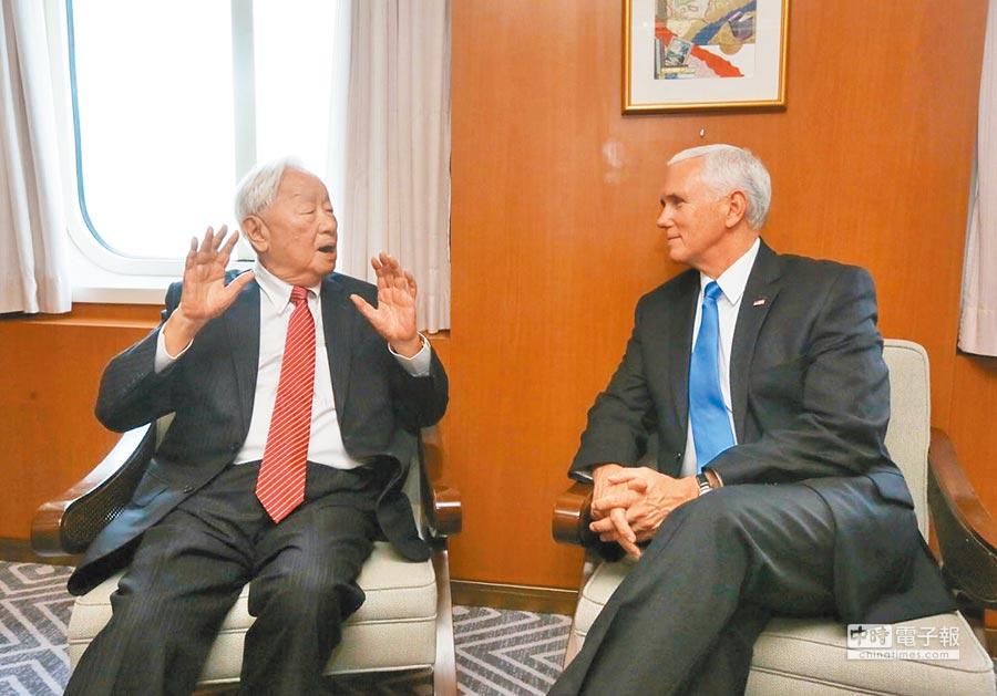 11月17日,APEC領袖代表張忠謀與美國副總統彭斯(右),APEC會議期間於郵輪上會面。(外交部提供)