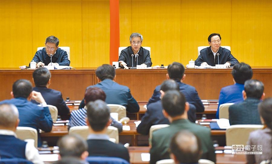 11月1日,大陸全國非洲豬瘟防控工作電視電話會議在北京召開,中共中央政治局委員、國務院副總理胡春華(後排中)出席會議。(新華社)