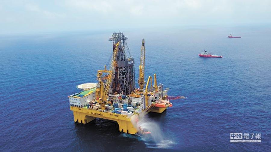 中菲簽署協議,共同開發南海油氣。圖為中海油在南海探勘油氣的半潛式鑽井平台「興旺號」。(中新社資料照片)