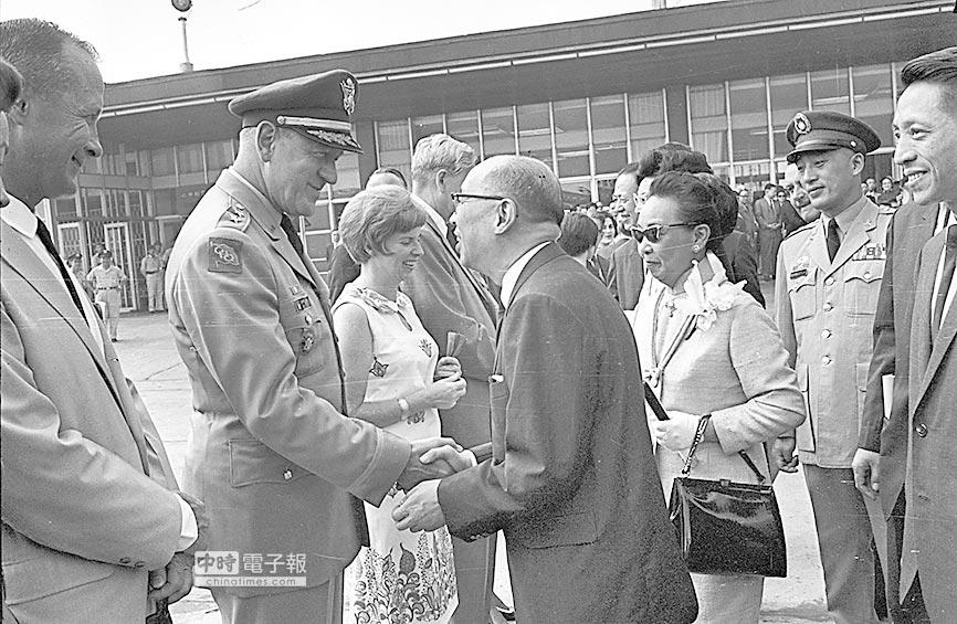 1967年,嚴家淦副總統應美國總統詹森邀請訪美,美駐台大使館代理館長恆安石等前來送行致意。(本報系資料照片)