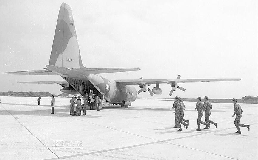 東沙島有一座可供大型軍機降落的機場。(本報系資料照片)