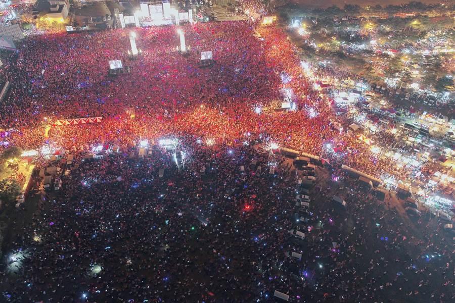 國民黨高雄市長候選人韓國瑜陣營,17日晚上在鳳山自辦造勢晚會,現場人數突破12萬人。圖為空拍現場。(李俊毅攝)