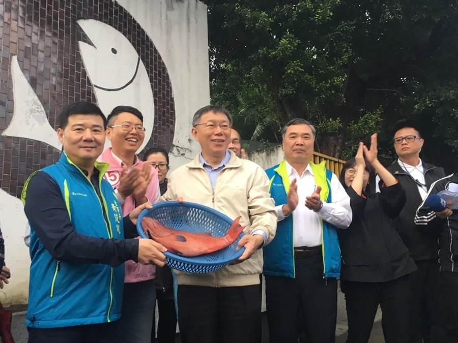 漁產公司董事長黃俊誠、總經理陳志芳送上紅魚,祝福柯順利連任。(吳堂靖攝)