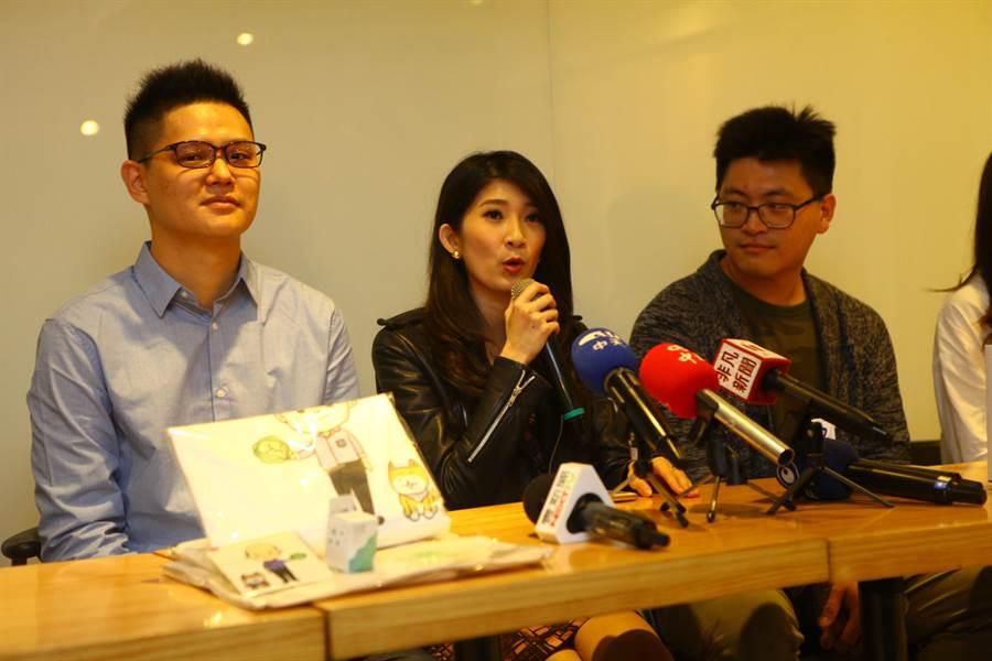 國民黨青年黨代表李明璇(中)23日出面呼籲,買不到車票的北漂族,還是可以透過網路社群利用共乘方式返鄉投票,一起支持國民黨市長候選人韓國瑜。(張立勳攝)