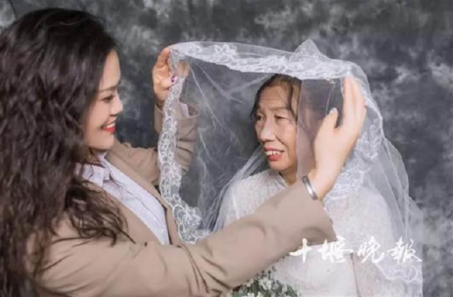 爸爸早逝,女兒扮新郎完成媽媽遲到40年的婚紗夢。(翻攝十堰晚報)