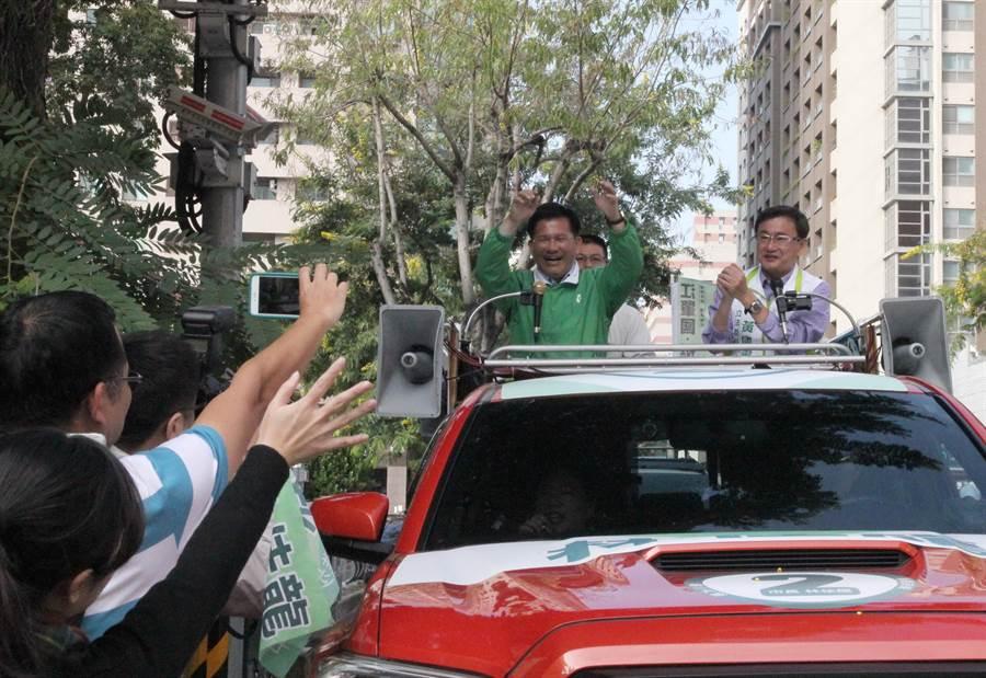 台中市長林佳龍(左)23日在立委黃國書陪同下,展開中西區車隊掃街拜票,沿路受到支持者歡迎。(陳淑芬攝)